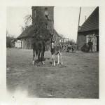 In den 40iger Jahren auf dem Gutshof vor den damaligen Pferdeställen. Das Gebäude links im Hintergrund existiert nicht mehr. Privatarchiv Karl-Heinz Hartmann.