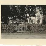 Das Herrenhaus von der Straßenansicht. Die Bäume waren schon damals ausladend. Privatarchiv Karl-Heinz Hartmann.