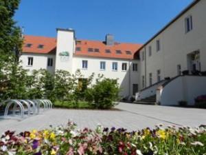 Die beiden Wohnhäuser mit Blick vom Innenhof